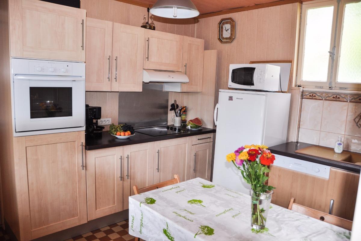 cuisine avec : lave vaiselle, réfrigérateur et congélateur, four, micro-ondes etc.