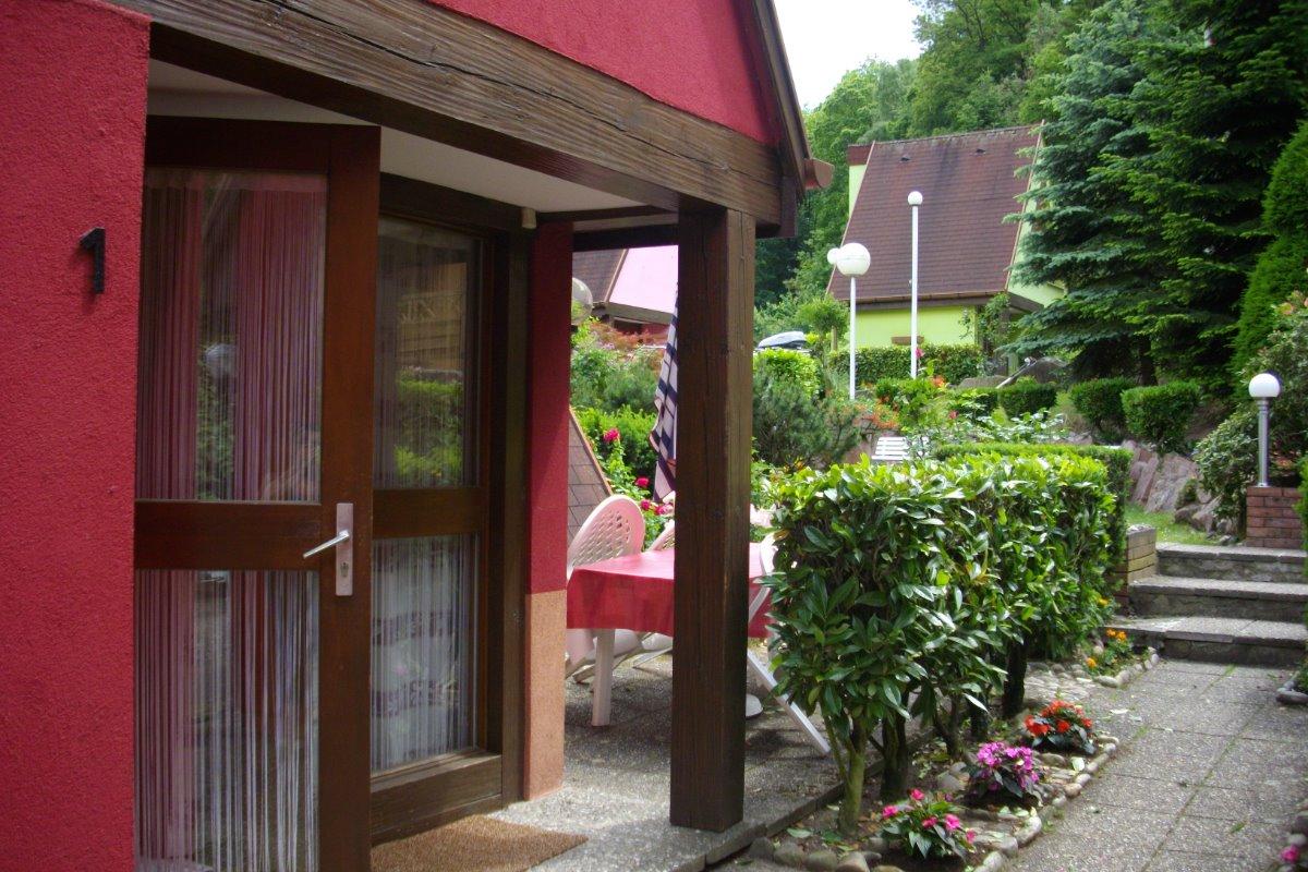 Entrée du pavillon et la terrasse à côté du pavillon  - Location de vacances - Kaysersberg