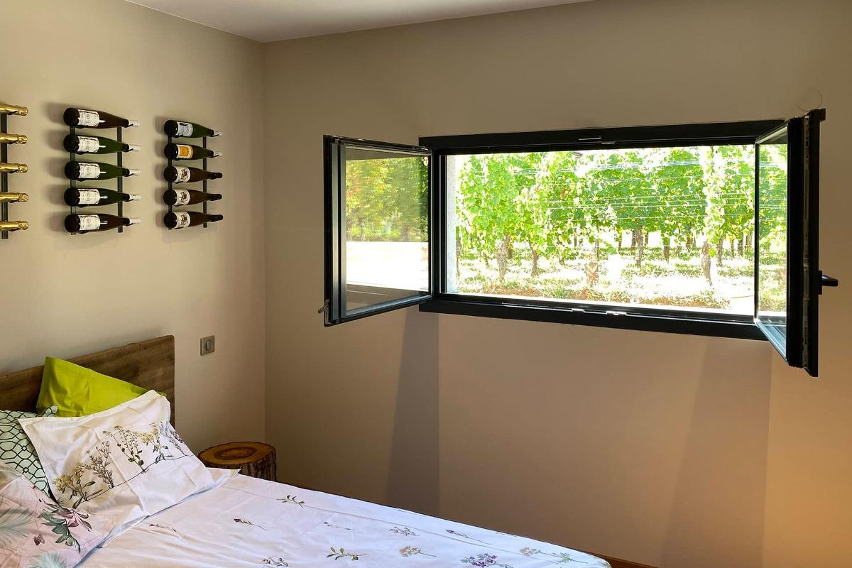 La chambre aux bouteilles - vue 2 - Chambre d'hôtes - Gueberschwihr