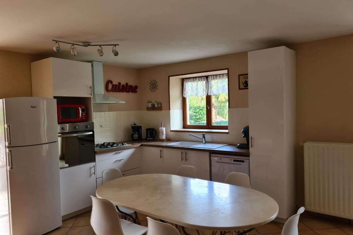 Cuisine ouverte sur le salon - Location de vacances - Pollionnay