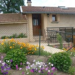 Terrasse et pelouse réserver au gîte SAPHIR - Location de vacances - Haute-Rivoire