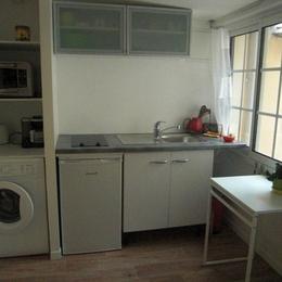 cuisine evec lave linge, possibilité de faire sécher le linge à l'extérieur - Location de vacances - Lyon
