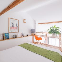 Chambre climatisée avec grand lit 160 x 200 très confortable, un bureau lumineux et une TV (chaînes du câble) - Location de vacances - Lyon