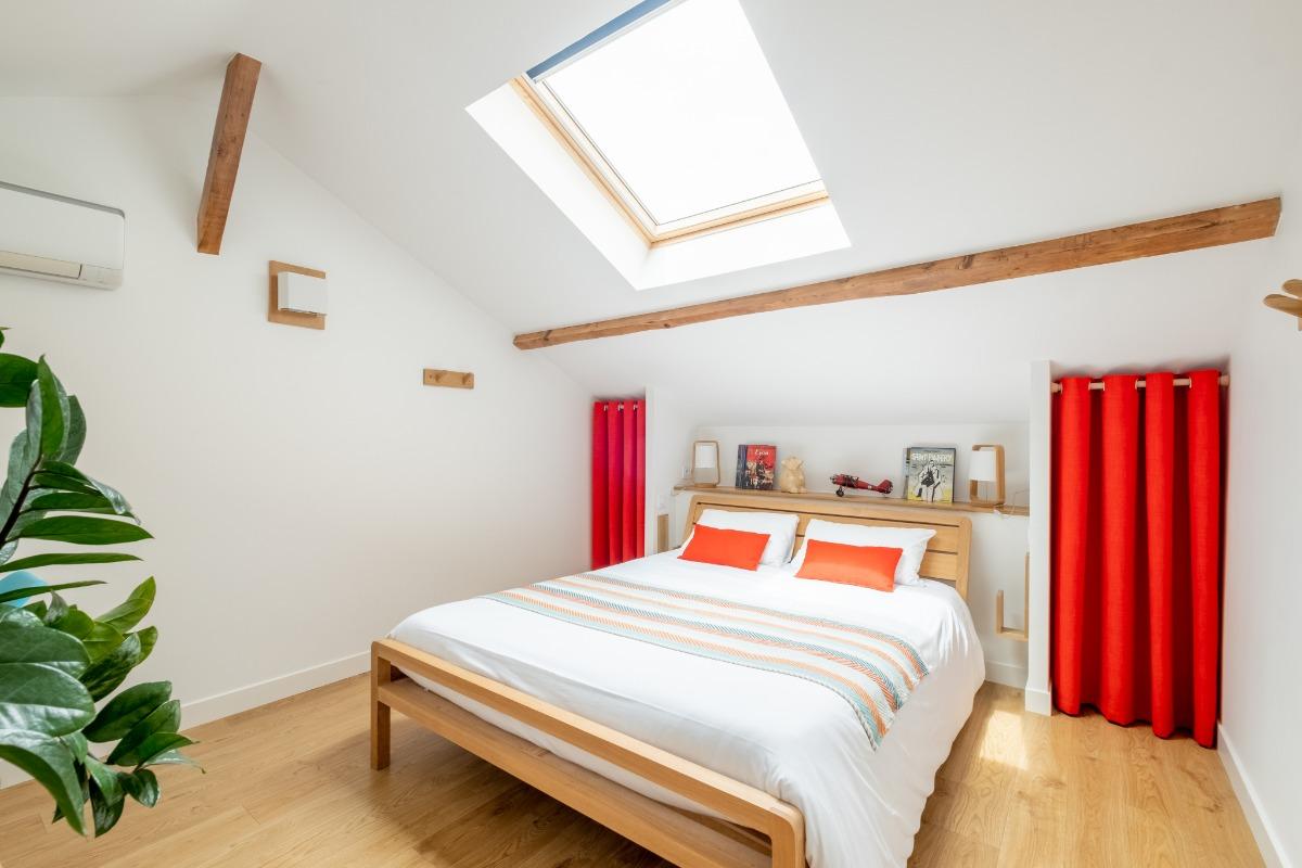 Chambre climatisée avec grand lit 160 x 200 très confortable - Location de vacances - Lyon