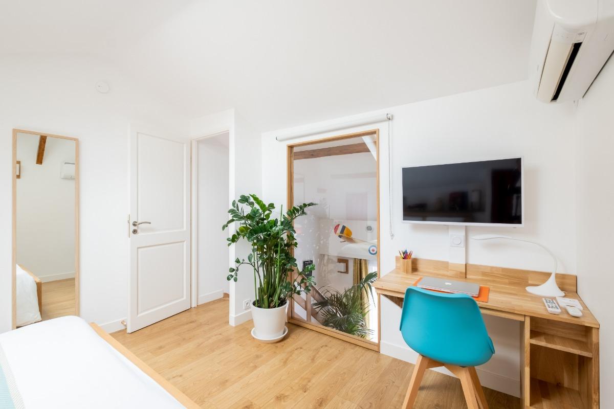 Chambre climatisée avec grand lit 160 x 200 très confortable, TV et bureau - Location de vacances - Lyon