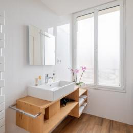 Salle d'eau lumineuse avec douche spacieuse, sèche-cheveux, lave-linge et serviettes - Location de vacances - Lyon