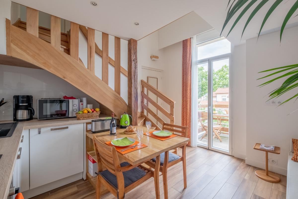 Coin cuisine entièrement équipé et table à manger et balcon avec vu jardin - Location de vacances - Lyon