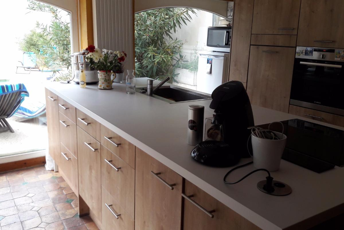 La cuisine toute équipée ouvrant sur la terrasse - Location de vacances - Lyon