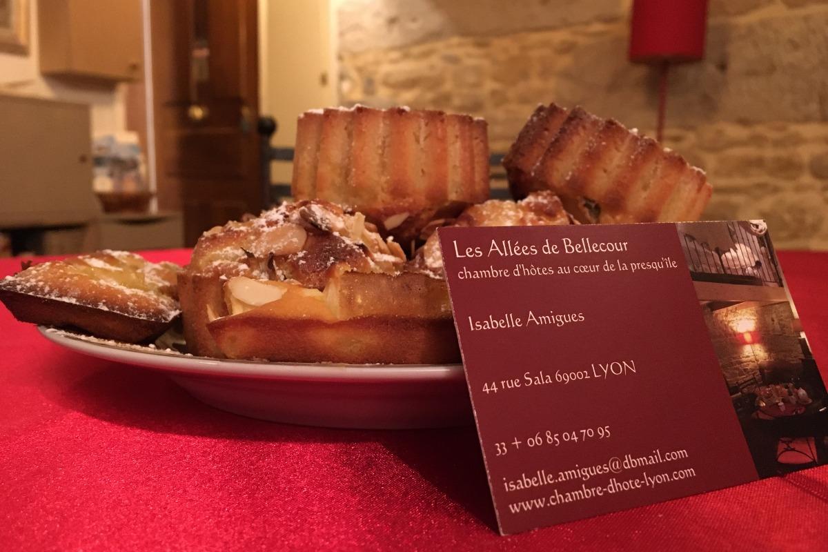 Entrez aux Allées de Bellecour par le côté cour. Vous trouvez le petit salon et séjour-coin repas. - Chambre d'hôtes - Lyon