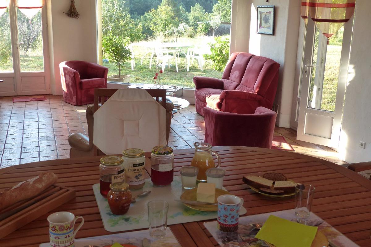 Petit-déjeuner à l'intérieur - Chambre d'hôtes - Ailhon