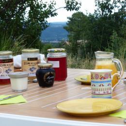 Petit-déjeuner en terrasse - Chambre d'hôtes - Ailhon