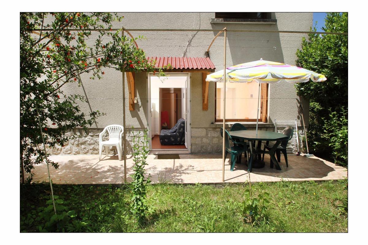 Terrasse et entrée - Location de vacances - Vogüé