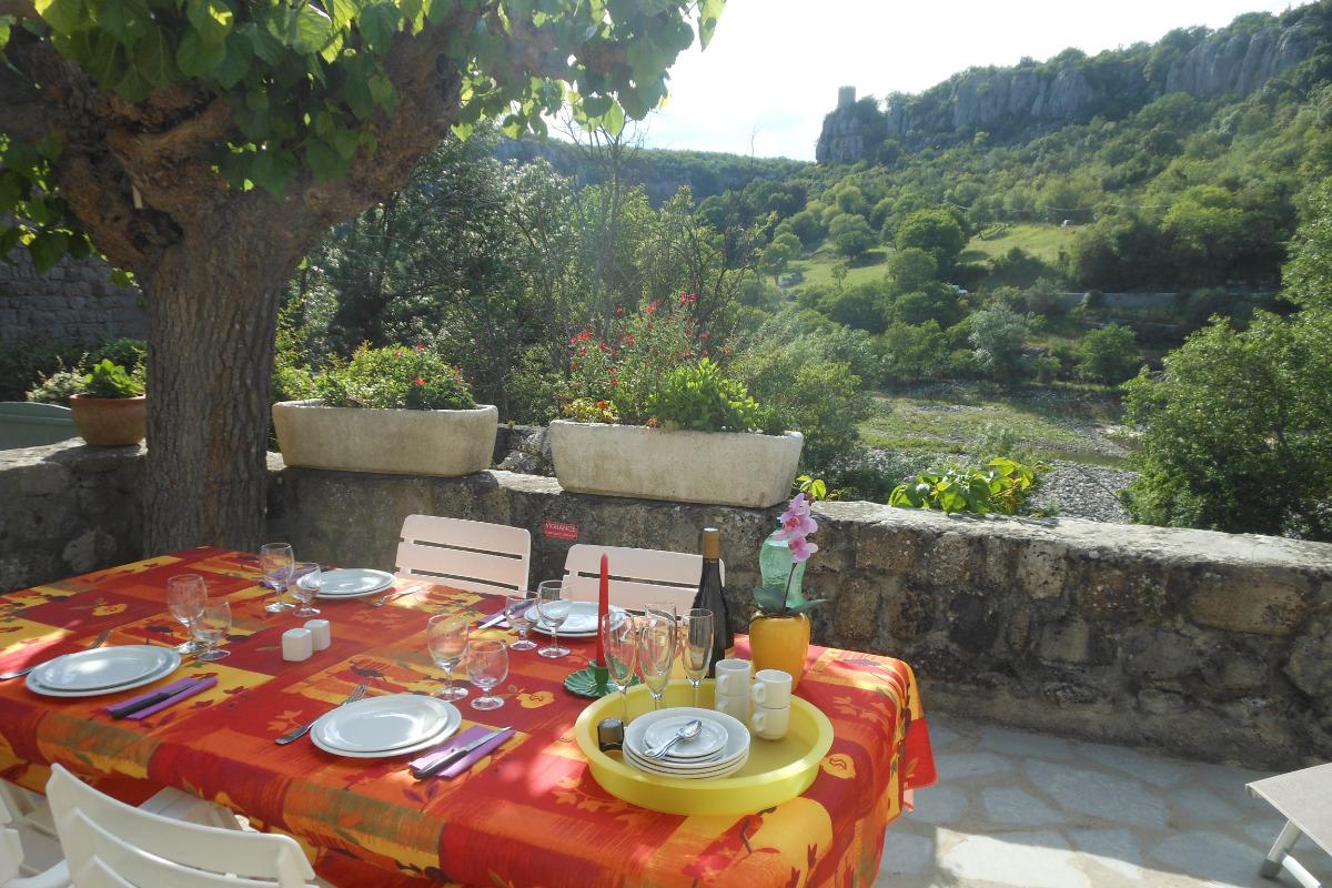 Terrasse avec vue sur la tour de la Reine Jeanne - Location de vacances - Balazuc