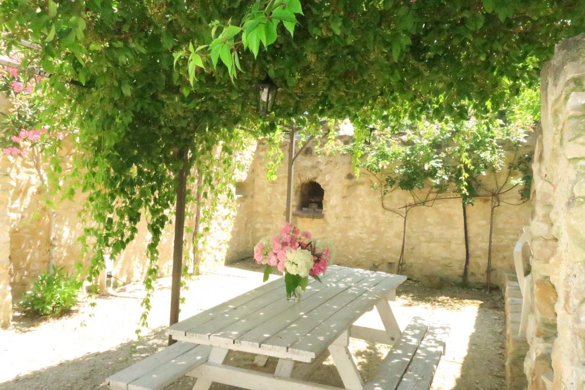 Table avec barbecue disponible. - Location de vacances - Saint-Montan