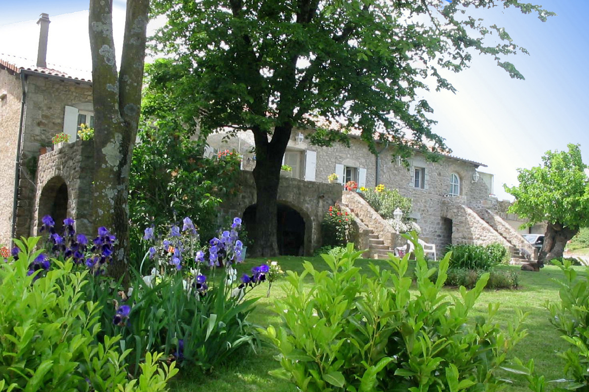 Vue d'ensemble de la maison, avec la location sur la droite. - Location de vacances - Meyras