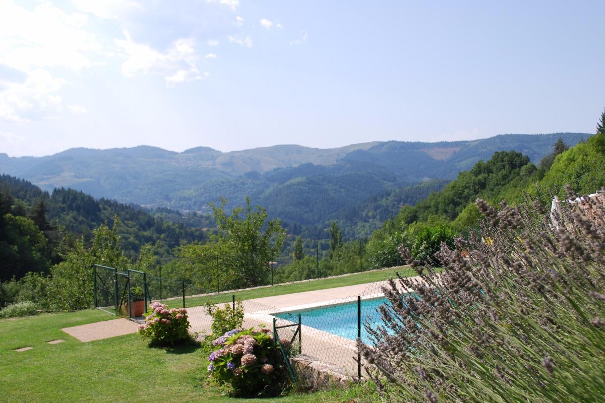 MAison de caractère avec piscine chauffée. Le vue de la vallée de la Dorne - Location de vacances - Accons