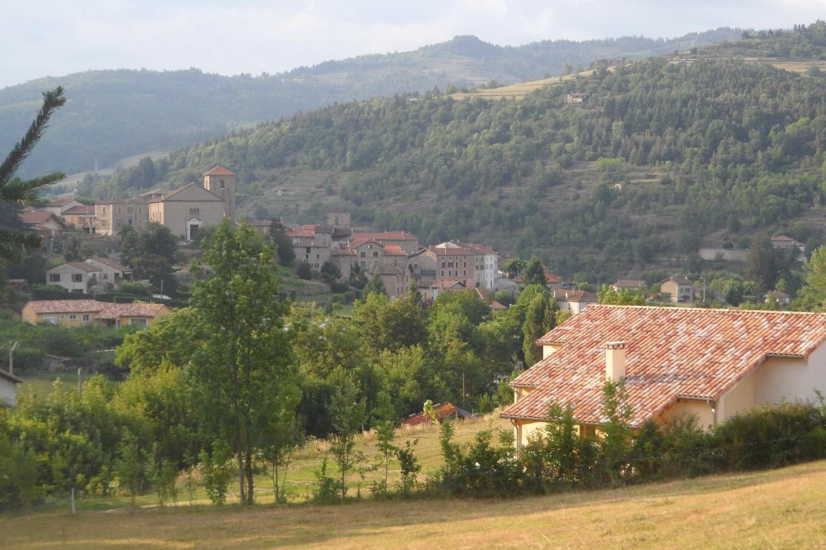 'Le Noyer' avec le village de Désaignes en arrière-plan. - Location de vacances - Désaignes