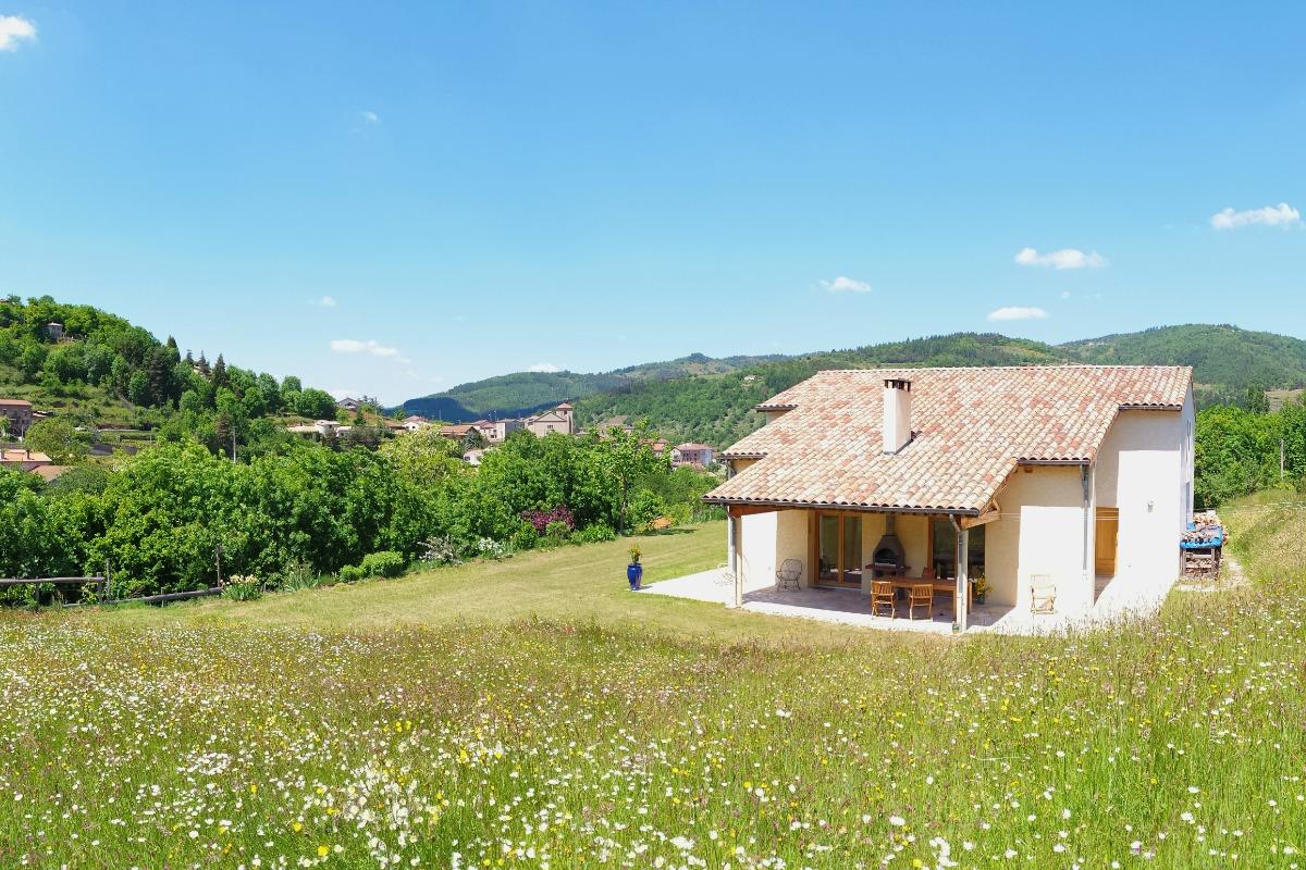 Panorama le jardin et le maison 'Le Noyer'. - Location de vacances - Désaignes