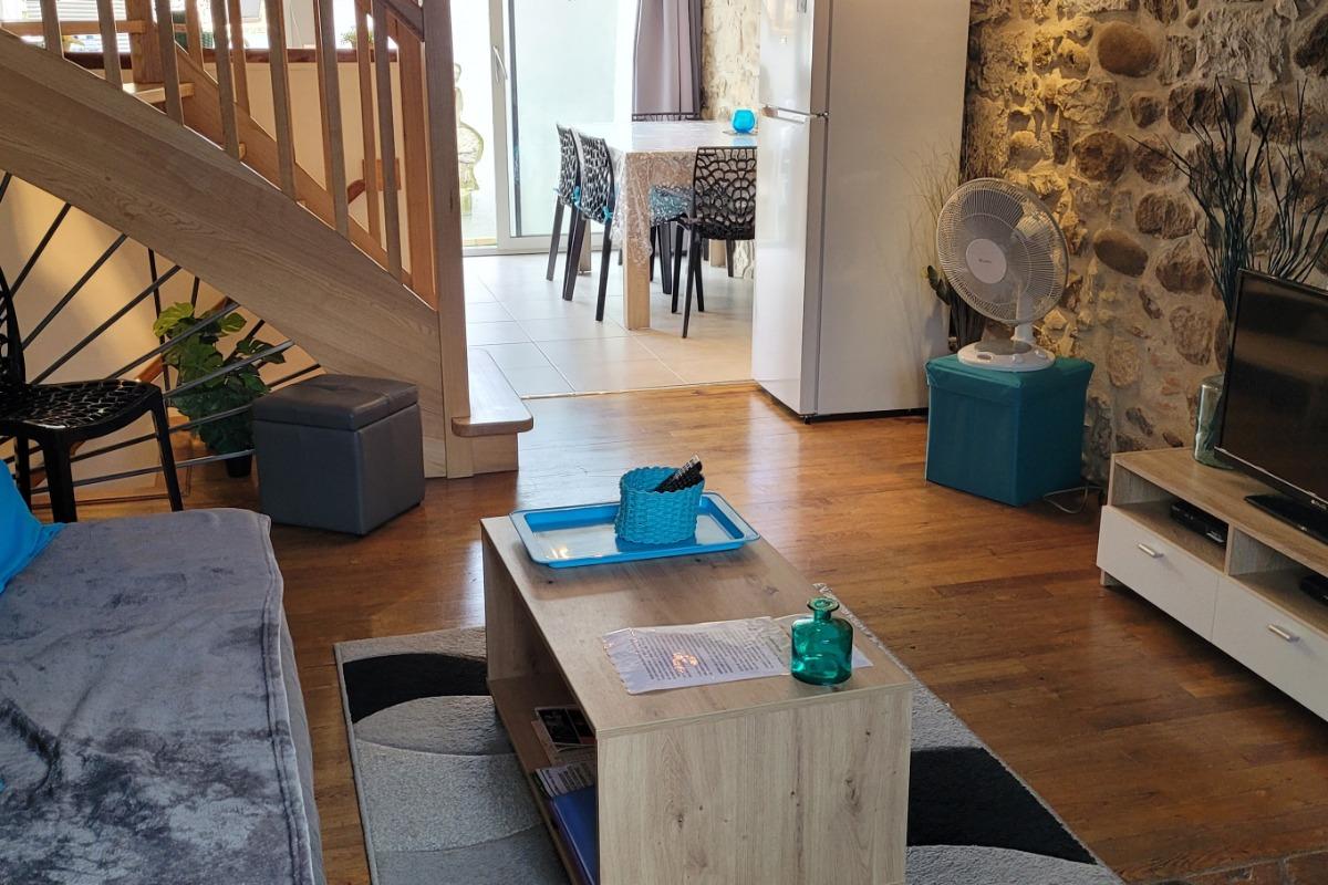Coin salon, cuisine en arrière - Location de vacances - Vogüé