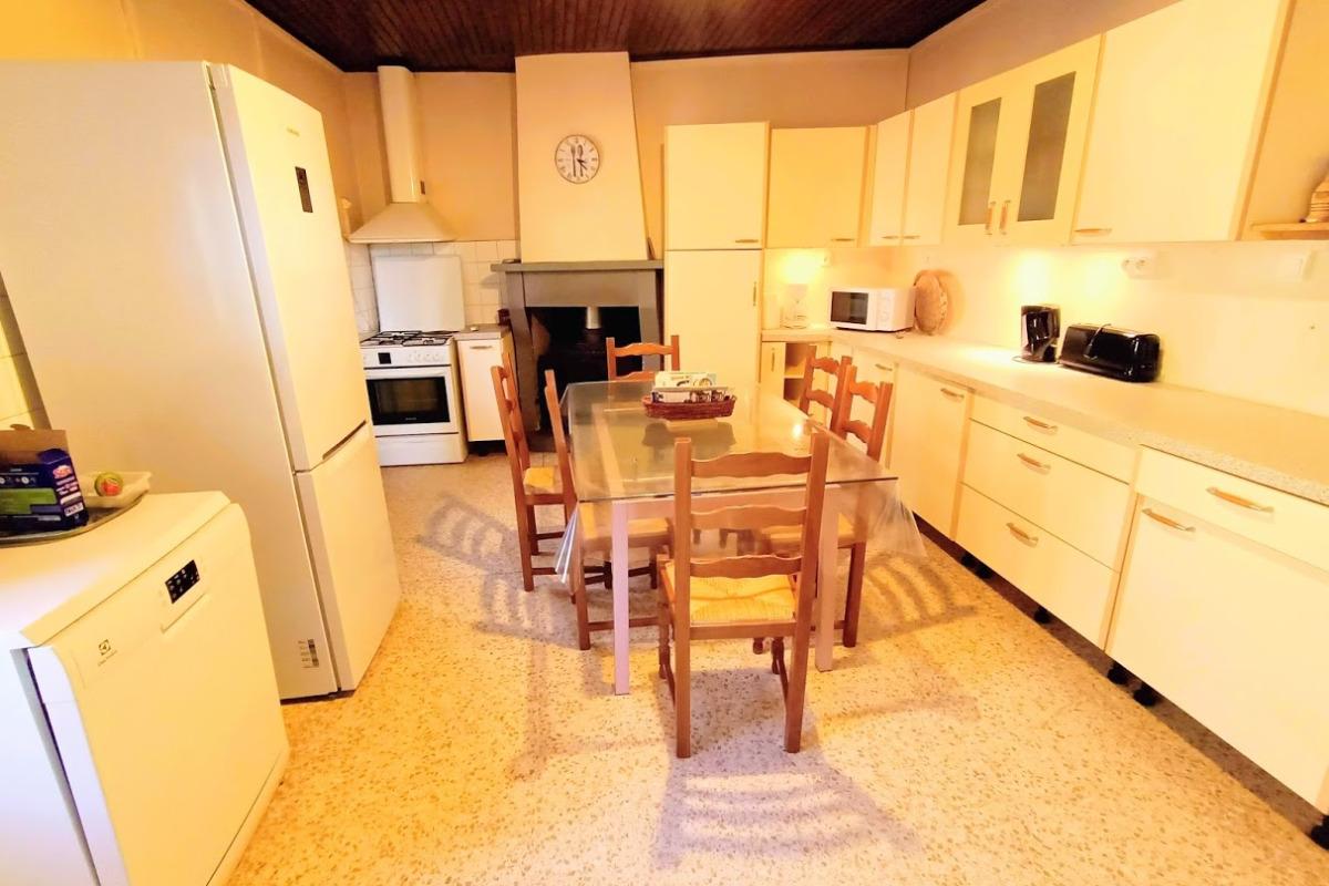 Cusine équipée d'un lave vaiselle, grille pain, cafetière, bouilloire, gasinière, micro onde - Location de vacances - Colombier-le-Vieux