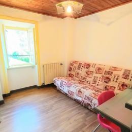 Salle détente (jeux, livres, bureau) avec clic clac  - Location de vacances - Colombier-le-Vieux