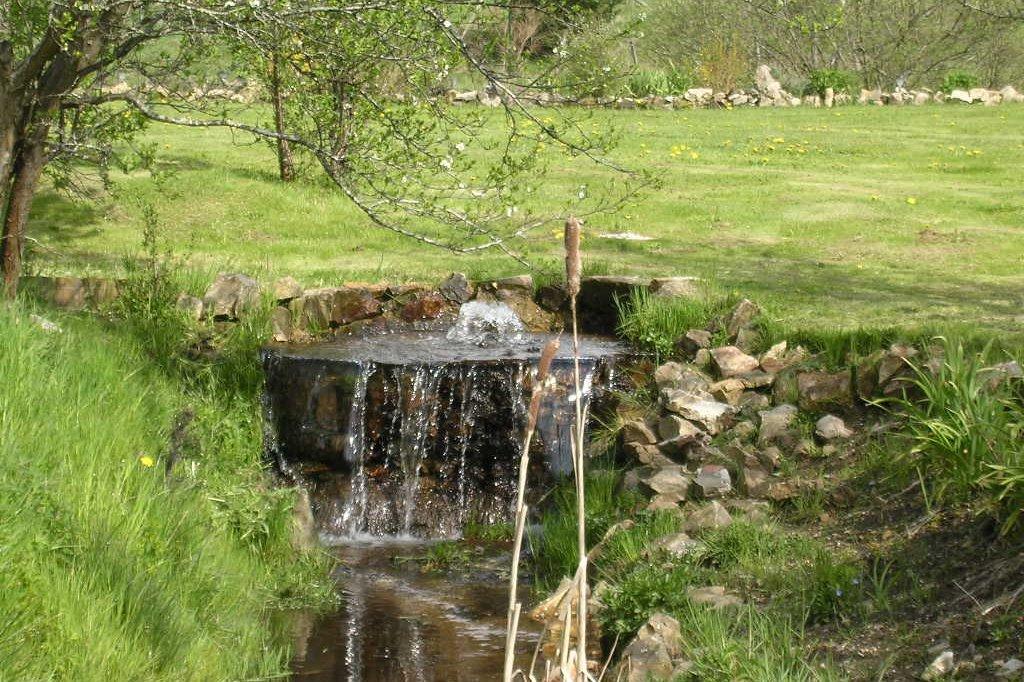cascade dans le jardin - Location de vacances - Saint-André-en-Vivarais