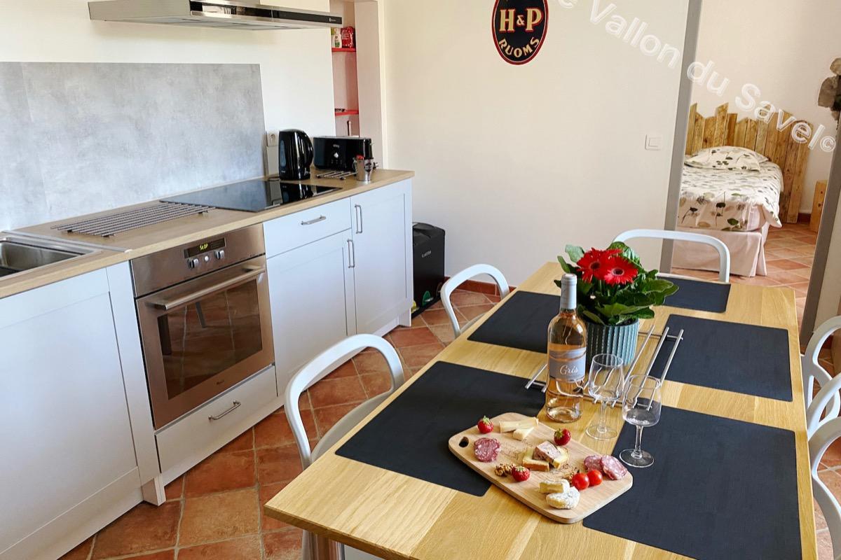 La cuisine entièrement équipée - Location de vacances - Pradons