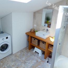 La salle d'eau et ses équipements - Location de vacances - Pradons