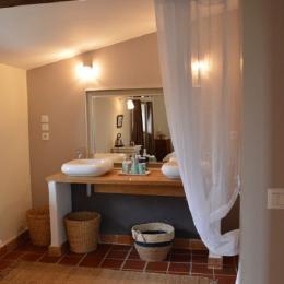 Chambre Vassilissa - salle d'eau communicante avec double vasque - Location de vacances - Saint-Montan