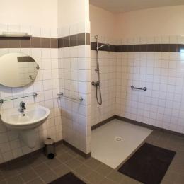Grand salle d'eau PMR - Location de vacances - Flacey-en-Bresse