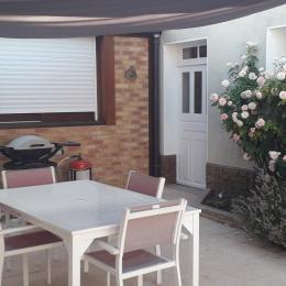 coin repas en terrasse - Chambre d'hôtes - Laigné-en-Belin