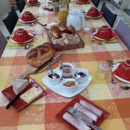 petit déjeuner en véranda - Chambre d'hôtes - Laigné-en-Belin