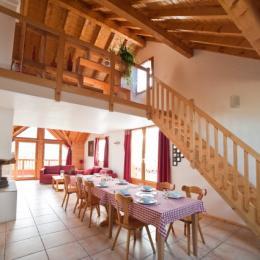 chalet La Sauza de Victor - station de ski Albiez Montrond Savoie - 1er étage, salle de séjour, donne sur la terrasse. - Location de vacances - Albiez-Montrond