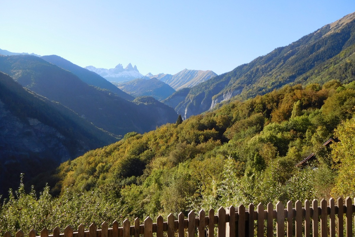Les Aiguilles d'Arves vues depuis la terrasse du gîte Chez Paul - Hameau calme et ensoleillé en direction de la station de La Toussuire Les Sybelles - Savoie - Location de vacances - Fontcouverte-la-Toussuire