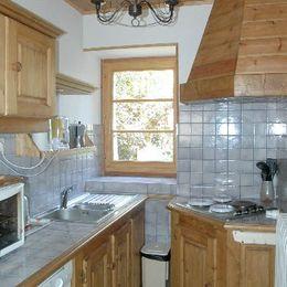 Gîte Chez Paul - hameau de la Bise - direction La Toussuire Les Sybelles - pièce de vie depuis l'espace cuisine - Location de vacances - Fontcouverte-la-Toussuire