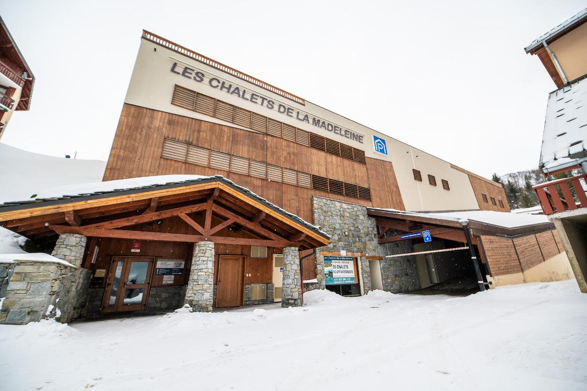 Le bâtiment principal avec le Restaurant, Bar, Reception et Parking - Location de vacances - Saint-François-Longchamp