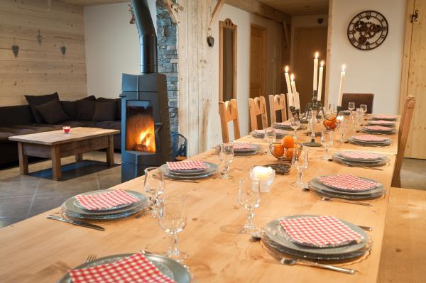 salle à manger de 40 m2, avec salon et poël à bois. - Location de vacances - Albiez-Montrond
