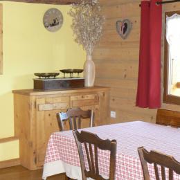 Location maison dans les Bauges - pièce à vivre repas - Location de vacances - Arith
