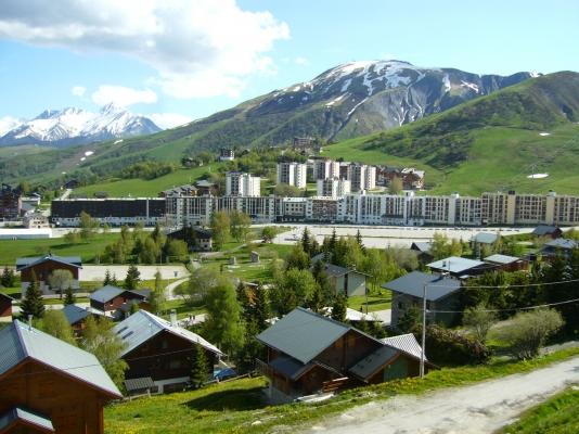 Studio Le Mont Charvin - La Toussuire en Savoie - vue sur la station en été  - Location de vacances - La Toussuire