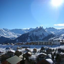 Le Mont Charvin - La Toussuire en Savoie - vue sur la station et les Aiguilles d'Arves - Location de vacances - La Toussuire