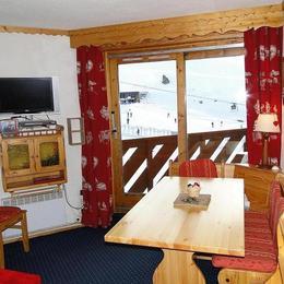 Appartement Val Thorens - Pièce de vie avec son coin repas, face aux pistes, à la montagne - Location de vacances - Val Thorens