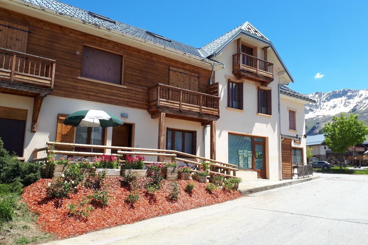 Entrée portail appartement N°2, avec table et bancs en bois - Location de vacances - Albiez-Montrond