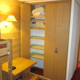 La chambre avec placard-penderie et bureau - Location de vacances - Valmorel