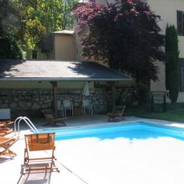Vue depuis la piscine sur la maison - Location de vacances - Méry