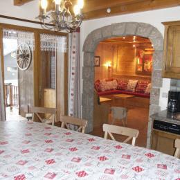 Chalet Le Loup Blanc - Station La Toussuire en Savoie - Cuisine vue sur salon - Location de vacances - La Toussuire