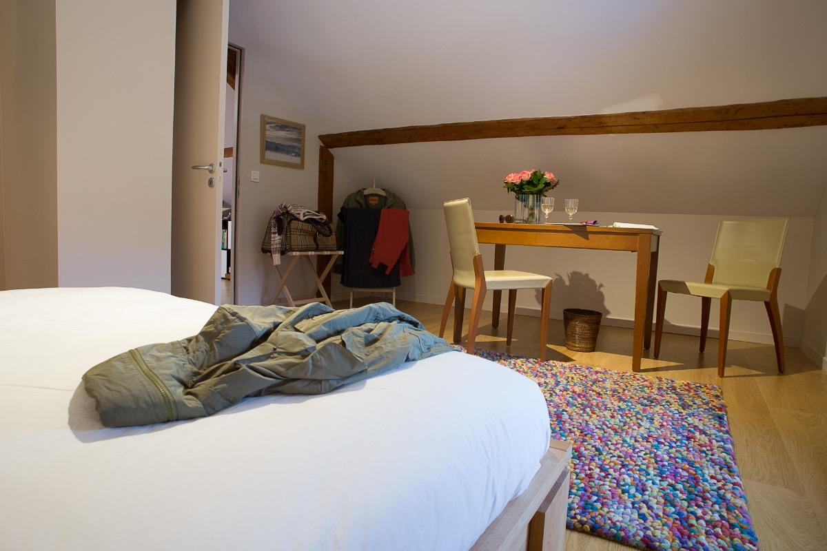 Chambre indépendante avec grand lit 160 + table  - Chambre d'hôtes - Entremont-le-Vieux