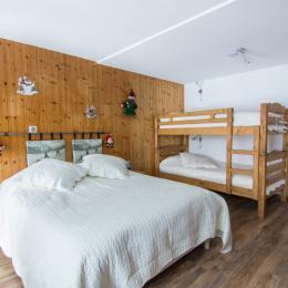 Grande chambre avec un lit pour deux personnes et deux lits superposés - Location de vacances - Valloire