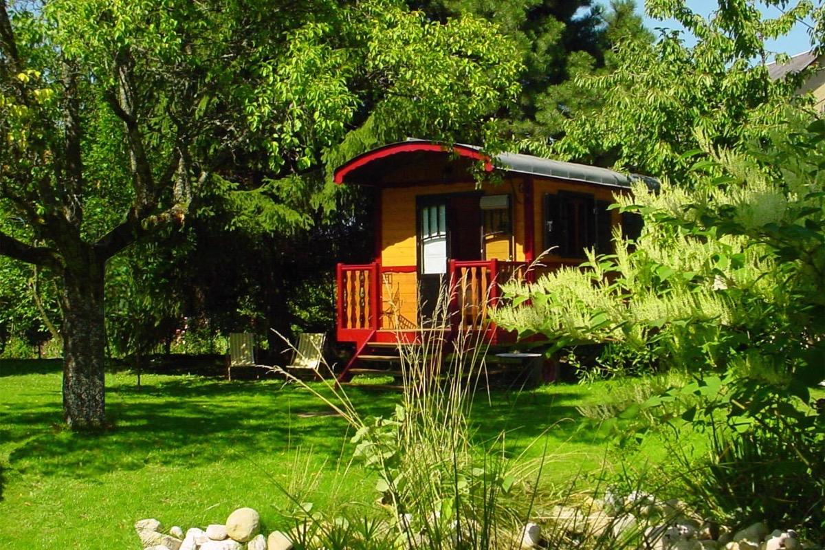 Nichée dans notre jardin : La Roulotte de La Jument Verte - Chambre d'hôtes - Trévignin
