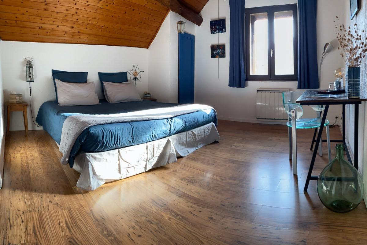 Les tons bleus de la Chambre Verlaine : un clin d'oeil au Lac du Bourget - Chambre d'hôtes - Trévignin