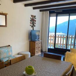 Salon sur le balcon et la salle à manger. - Location de vacances - Saint-François-Longchamp
